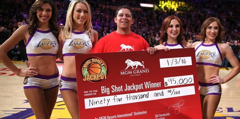 Болельщик «Лейкерс» выиграл 100 тысяч долларов за точное попадание с центра площадки