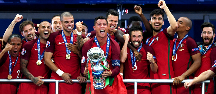 Cristiano Ronaldo levanta la copa